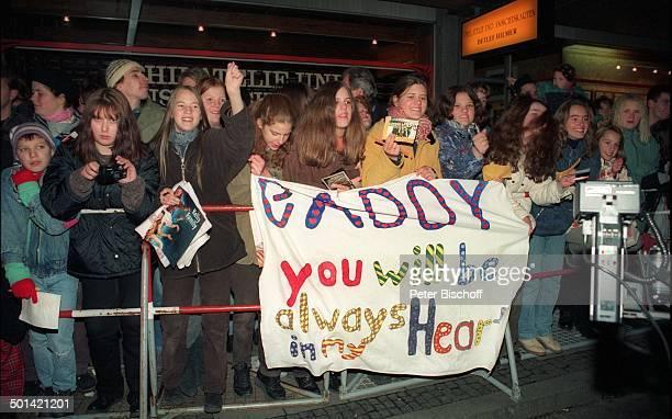 Fans begrüßen Paddy von 'Kelly Family' mit Transparent vor Verleihung 'Bambi' Gala im Hauptbahnhof München Bayern Deutschland Europa Fan Reise Promi...