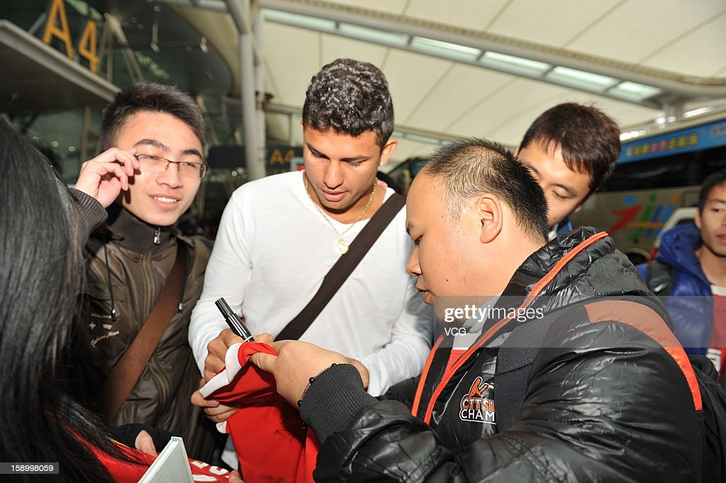 Fans cheer as Brazilian midfielder <a gi-track='captionPersonalityLinkClicked' href=/galleries/search?phrase=Elkeson+-+Soccer+Player&family=editorial&specificpeople=6343595 ng-click='$event.stopPropagation()'>Elkeson</a> of Guangzhou Evergrande arrives at Baiyun Airprot on January 5, 2013 in Guangzhou, China.