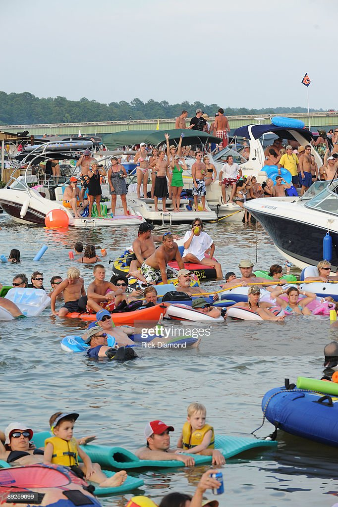 Fans cheer during Country music artist Alan Jackson's performance to over 40,000 fans in 10,000 boats on Lake Martin during AquaPalooza on July 25, 2009 in Alexander City, Alabama.