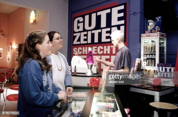 Fans der Fernsehserie 'Gute Zeiten schlechte Zeiten' im Fanshop auf dem Gelände der Ufa in Babelsberg 1999