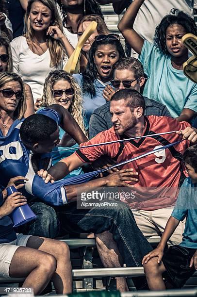 Les Fans se battre à un match de Football américain