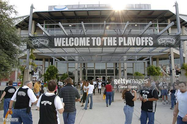 Fans fill the stadium before the San Antonio Spurs host the Dallas Mavericks in Game Seven of the Western Conference Semifinals during the 2006 NBA...