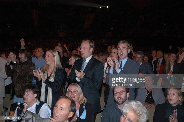 Fans jeder Altersgruppe Premiere der KonzertTournee 2003/04 'Die Tournee' München 'Olympiahalle' begeistert Begeisterung Applaus 'StandingOvations'...