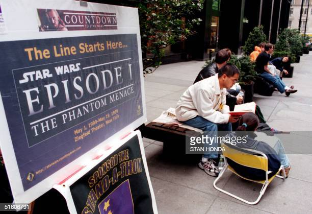 Fans line up at the Ziegfeld Theatre in New York 06 May 1999 to be the first to see the movie 'Star Wars Episode 1 The Phantom Menace' that is...