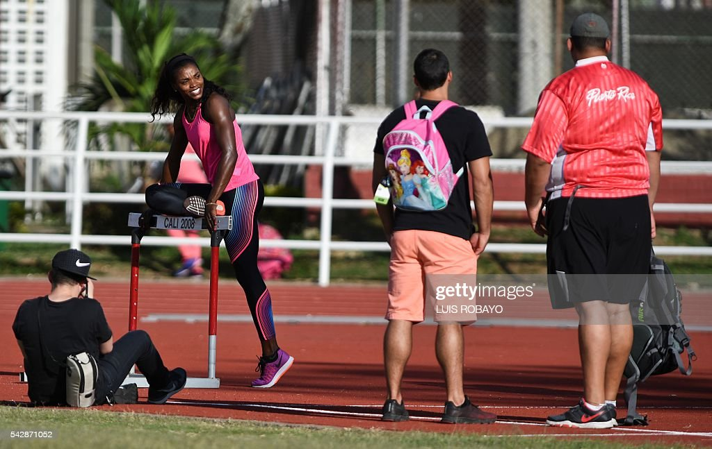 Fans look at Colombia's Caterine Ibarguen during a training session prior to the International Athletics Grand Prix at Athletics Stadium Pedro Grajales in Cali, Colombia, on June 24, 2016. / AFP / LUIS