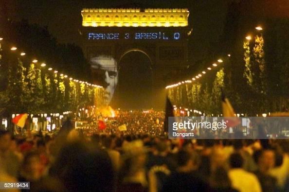 0 FRANKREICH FUSSBALLWELTMEISTER 1998 Fans nach dem Finale auf dem Champs Elysee