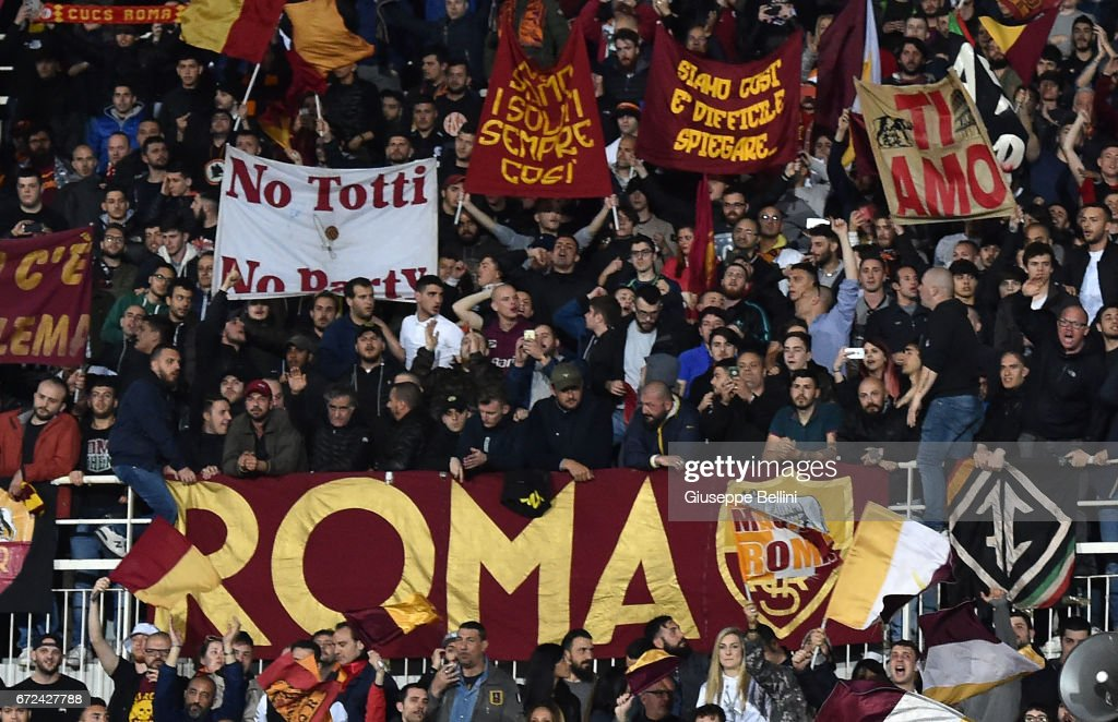 Fans of AS Roma celebrate the victory after the Serie A match between Pescara Calcio and AS Roma at Adriatico Stadium on April 24, 2017 in Pescara, Italy.