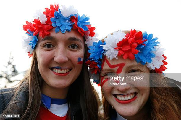 Fans of Chile enjoy the atmosphere prior the 2015 Copa America Chile quarter final match between Chile and Uruguay at Nacional Stadium on June 24...