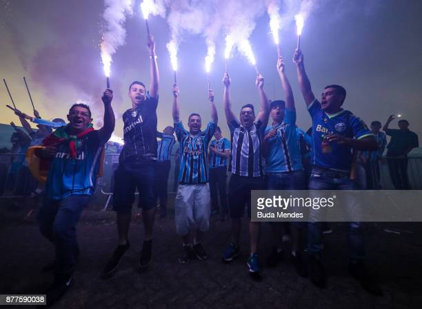 Fans of Gremio cheer for the arrival of the team to the stadium before the first leg match between Gremio and Lanus as part of Copa Bridgestone...