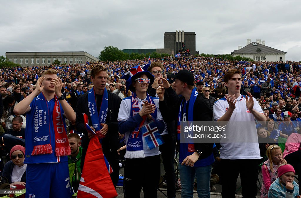 Fans of Iceland watch the match at the public screening of the UEFA Euro 2016 Round of 16 football match England v Iceland, taking place in France, on June 27, 2016 in Reykjavik, Iceland. / AFP / HALLDOR