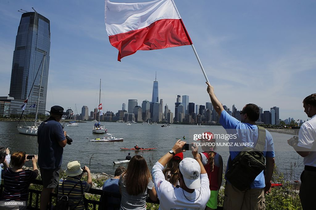 Fans of Polish kayaker Aleksander Doba watch the begining of his translatlantic kayak adventure from New York to Lisbon on May 29, 2016 in New York. The 69-year-old man hopes to complete his journey in three months. / AFP / EDUARDO