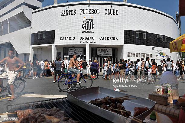 Fans of Santos FC football club arrive at Vila Belmiro stadium for the official presentation of Brazilian soccer player Robinho in Santos some 60...