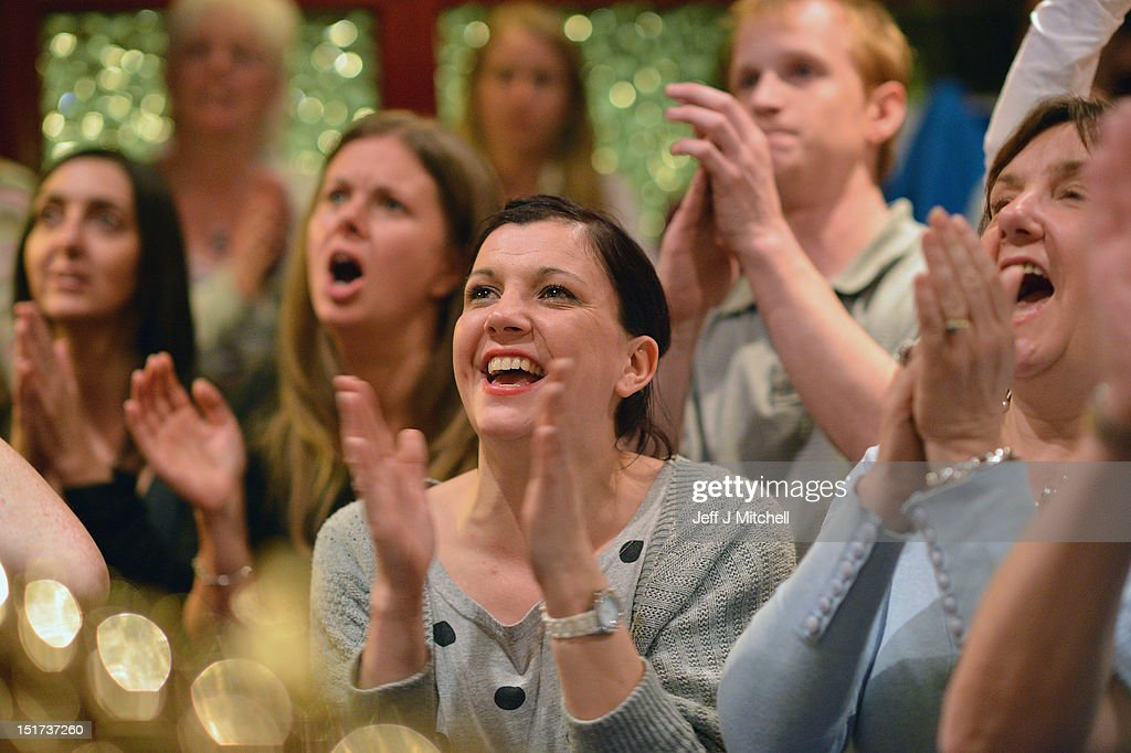 supporters from andy murray s home town cheer him on during the us fans of tennis player andy murray cheer as they watch him win the us open men s