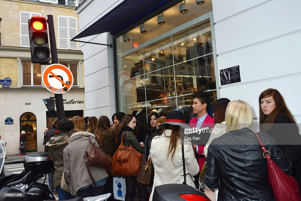 Fans queue to meet Kate Moss outside Colette on November 21, 2012 in Paris, France.
