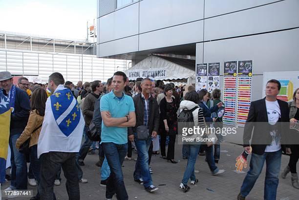 Fans vor AndenkenStand vor Finale ARDMusikshow 'Eurovision Song Contest 2011' 'DüsseldorfArena' Düsseldorf NordrheinWestfalen Deutschland Europa Logo...