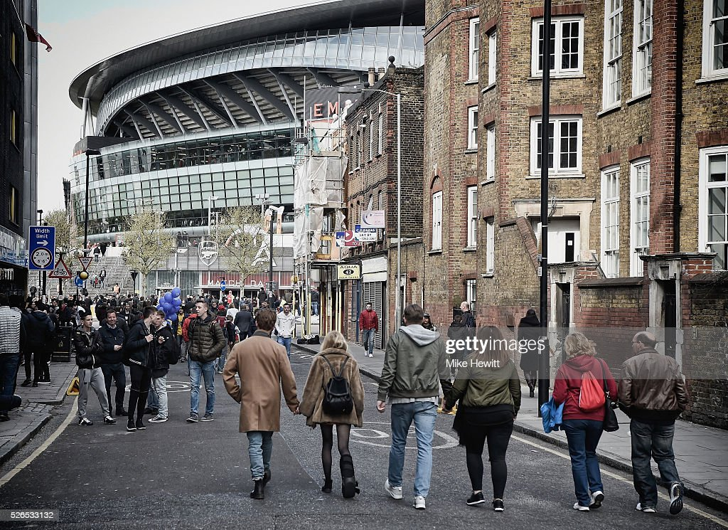 Fans walk to the stadium prior the Barclays Premier League match between Arsenal and Norwich City at The Emirates Stadium on April 30, 2016 in London, England