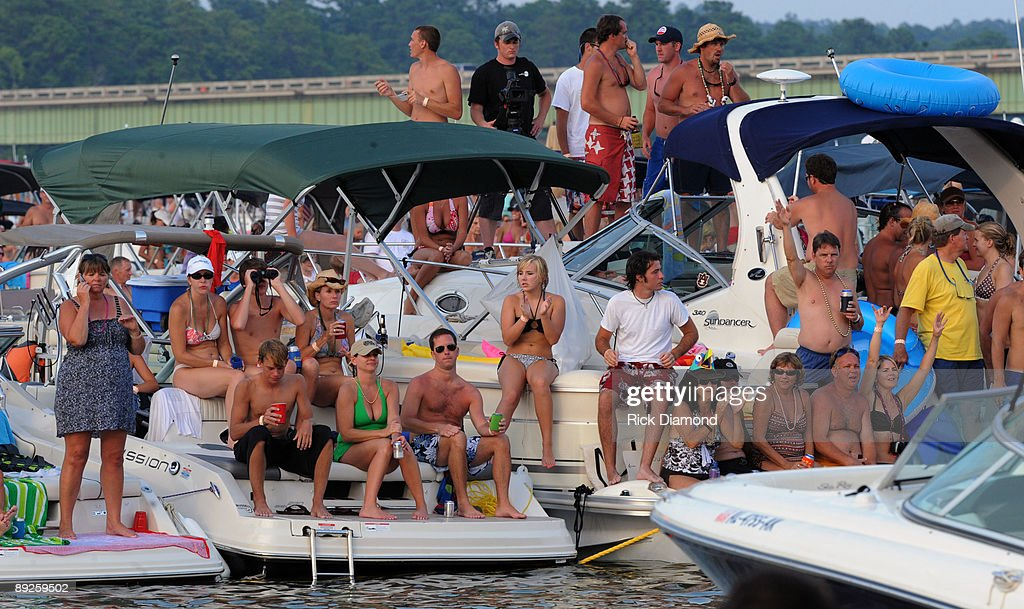 Fans watch Country music artist Alan Jackson's performance to over 40,000 fans in 10,000 boats on Lake Martin during AquaPalooza on July 25, 2009 in Alexander City, Alabama.