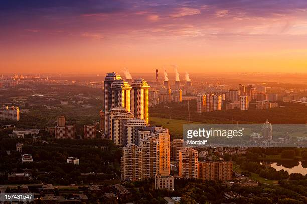 Fantastischen Blick auf die Stadt bei Sonnenuntergang. Luftaufnahme