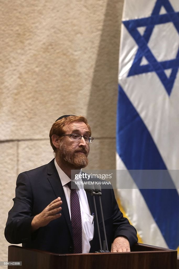 Far right Israeli rabbi Yehuda Glick speaks during a Knesset session in which he is sworn in, on May 25, 2016, in Jerusalem. The resignation of Israeli Defence Minister Moshe Yaalon last week has opened the way for the American-born Yehuda Glick hardliner who advocates Jewish prayer at the Al-Aqsa mosque compound to enter parliament. / AFP / MENAHEM