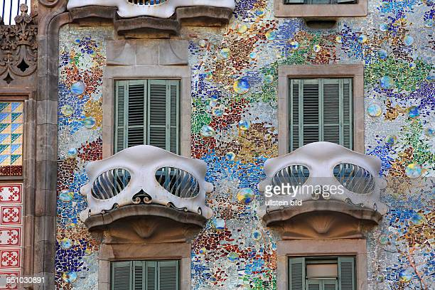 Farbenfrohe Hausfassade mit Balkonen die Casa Battló vom berühmten Künstler Antoni Gaudi Unesco Weltkulturerbe Barcelona Katalonien Spanien Europa