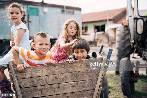 Bauernhof Kinder in einem Wagen
