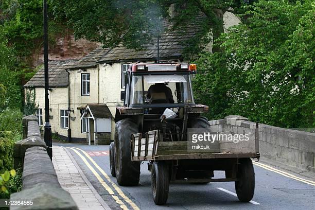 Tracteur agricole en English village