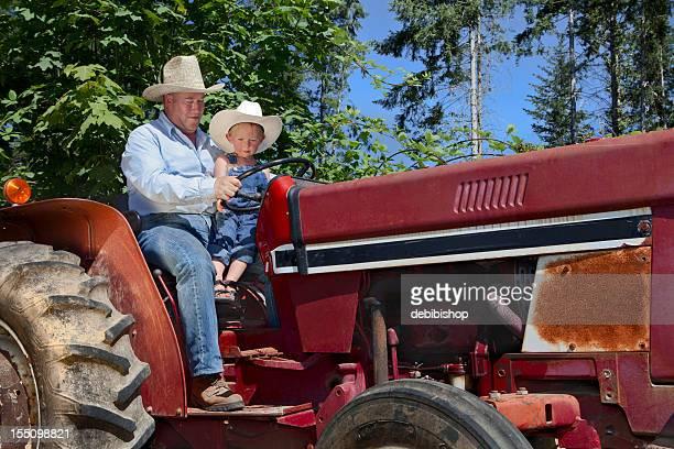 Agriculteur et un garçon sur Tracteur