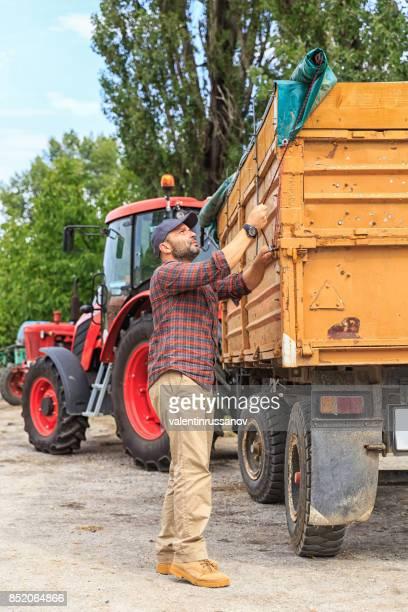 農夫と赤いトラクター