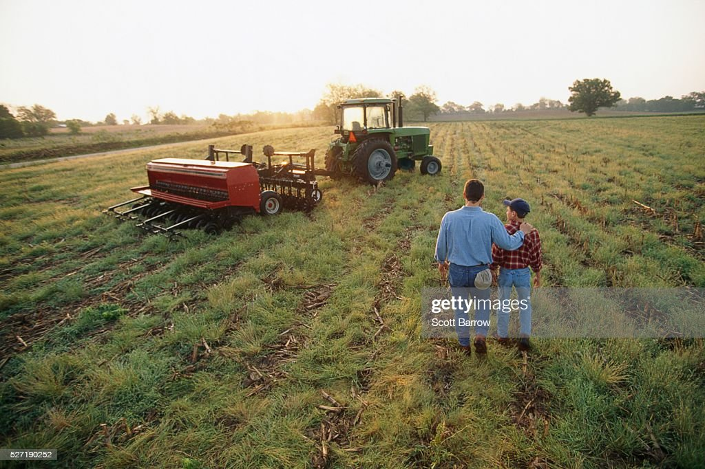 Farmer and son in a field : Stockfoto
