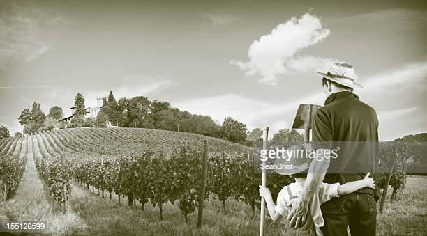 Agricoltore e figlio nei pressi di una collina uva