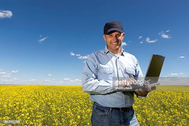 Agricultor no seu computador