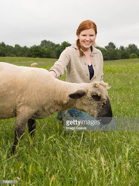 Ein Landwirt mit Schaf
