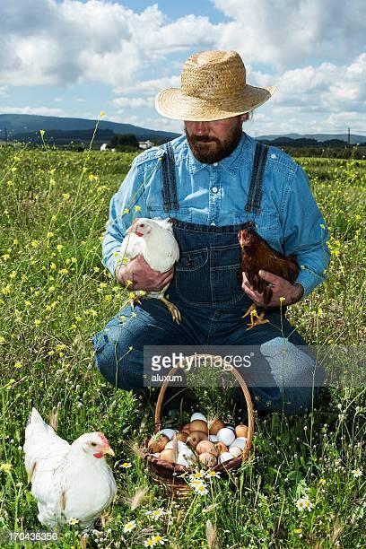 Agricoltore con pollo e uova biologiche