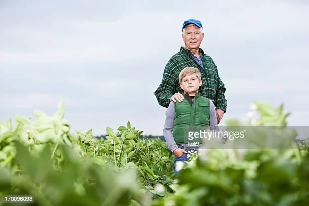 Agricoltore con nipote in campo