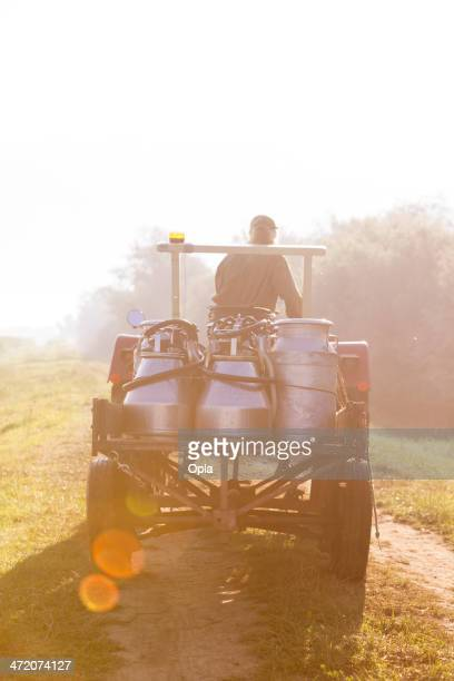 Landwirt mit Milch