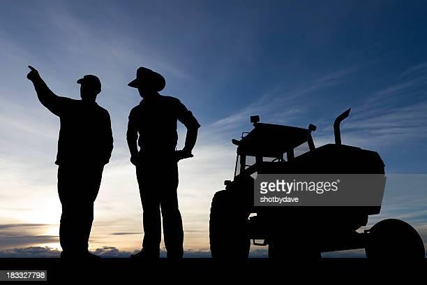 Agriculteurs au crépuscule