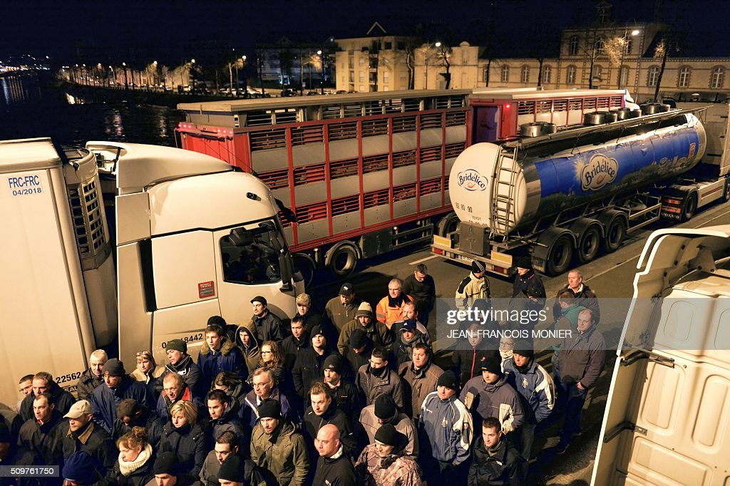 Farmers block refrigerated trucks, including some transporting foreign meat on February 11, 2016, in Laval North-western France during a protest by farmers against the falling prices of agricultural products. / AFP / JEAN-FRANCOIS MONIER