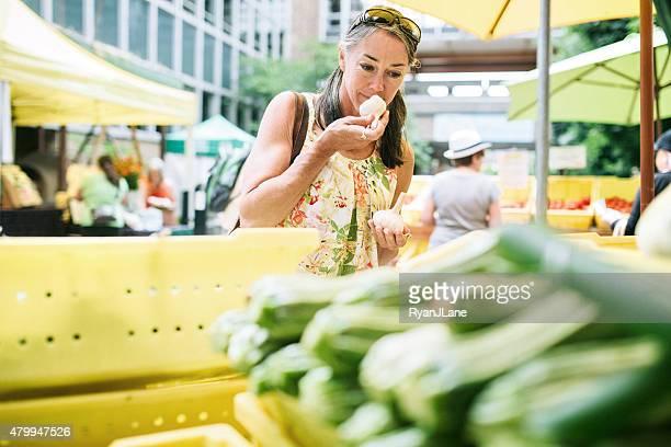 Farmers Market de Shopping femme d'âge mûr