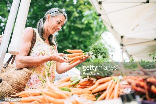 ファーマーズマーケットショッピング熟年女性
