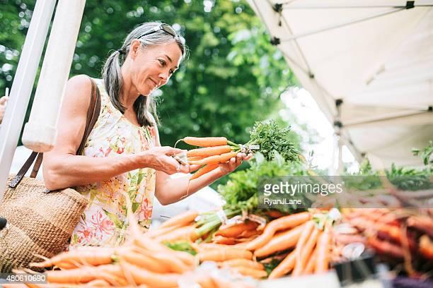Farmers Market Shopping Frau reiferen Alters
