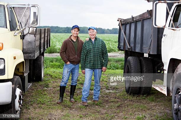 Agriculteurs à côté de camions