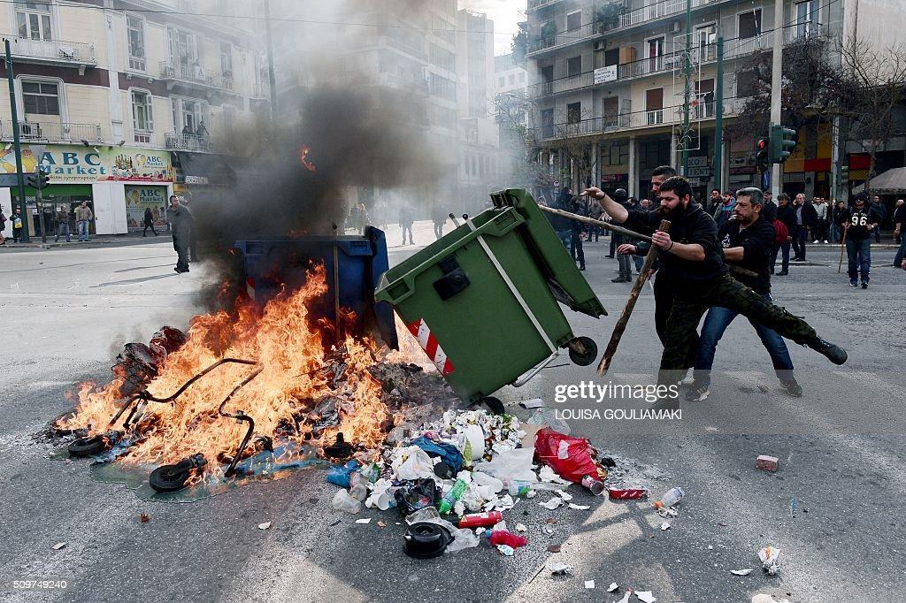 Farmers set burning barrycades near the Agriculture ministry in Athens during a demonstration against the pension reform on February 12, 2016. Fears that Greece will exit the eurozone, a 'Grexit', could revive if Greek authorities do not come up with 'credible' reforms, notably on pensions, a senior IMF official said February 11, 2016. / AFP / LOUISA GOULIAMAKI