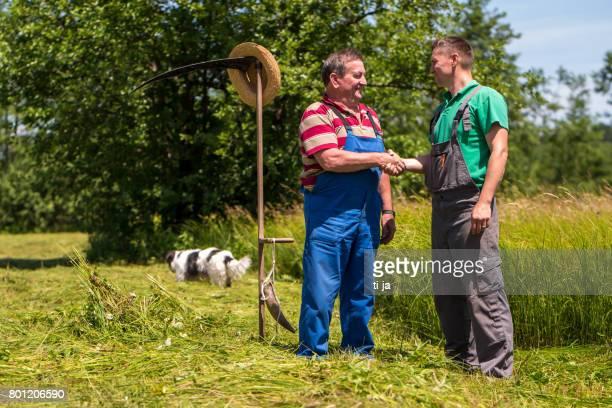 Bauern beim Händeschütteln