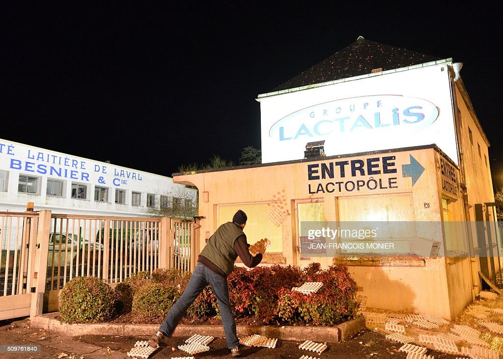 Farmers throw eggs at the historic headquarters of the Besnier Lactalis company, on February 11, 2016, in Laval North-western France during a protest by farmers against the falling prices of agricultural products. / AFP / JEAN-FRANCOIS MONIER