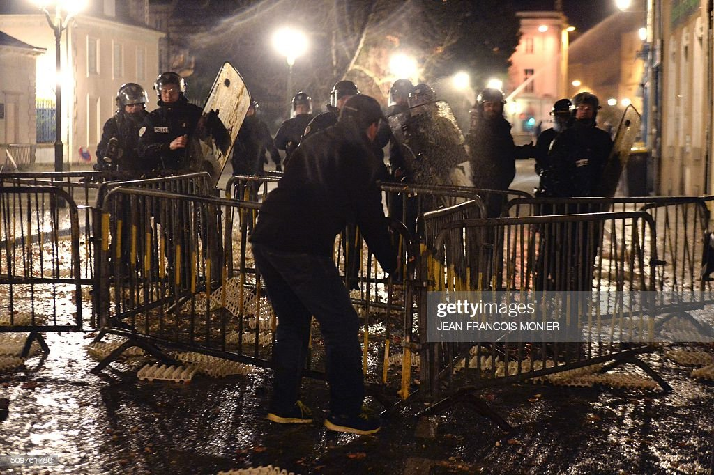 Farmers throw eggs at the Laval prefecture, on February 11, 2016, in Laval North-western France during a protest by farmers against the falling prices of agricultural products. / AFP / JEAN-FRANCOIS MONIER