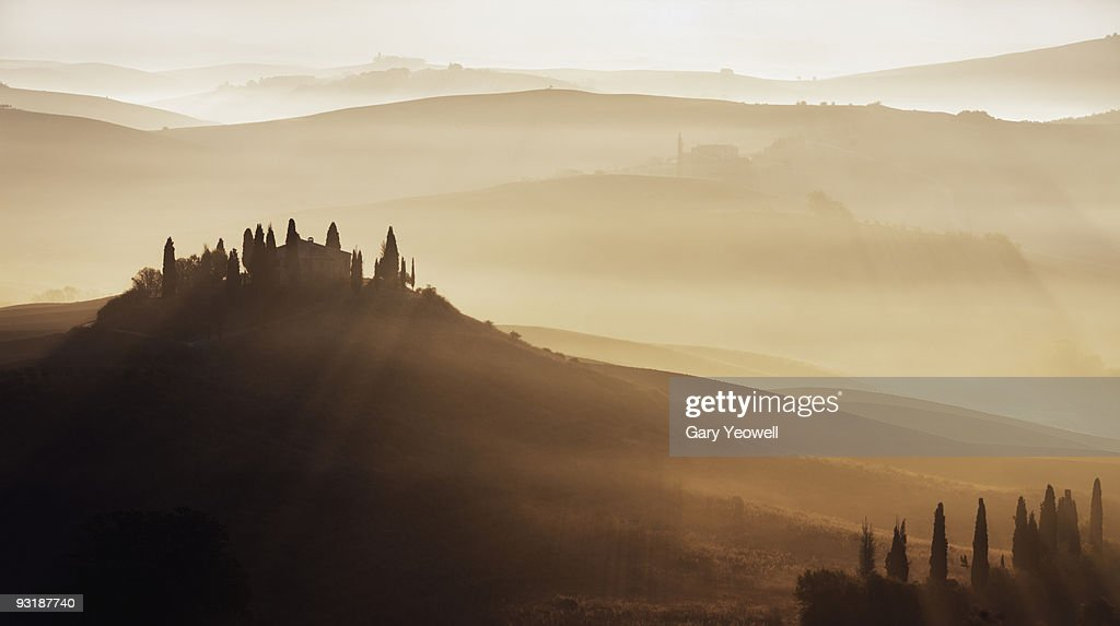 Farmhouse in a misty Tuscan landscape at dawn  : Stock Photo