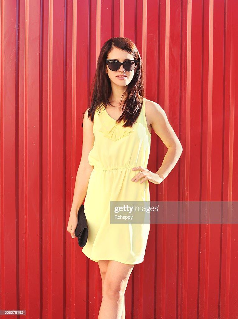 Mode-Schöne Frau mit Kleid und Sonnenbrillen mit Handtaschen Schminktäschchen : Stock-Foto