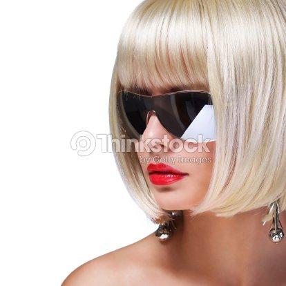 5c119f08fc6ea Modelo de moda Loira com óculos de sol. Glamorosa mulher com Cabelo Curto    Foto