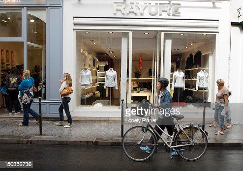 Fashion boutiques along Rue des Francs Bourgeois. : ストックフォト