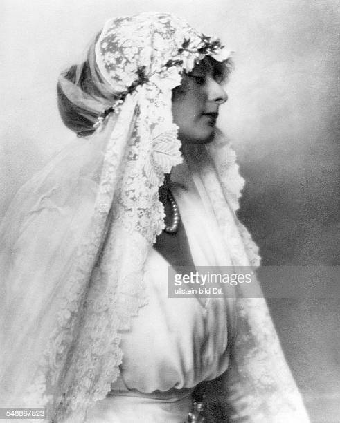 fashion bridal fashion baroness of Guttmann with a lacedecorated bridal veil 1921 Photographer Edith Barakovich Published by 'Die Dame' 17/1921...
